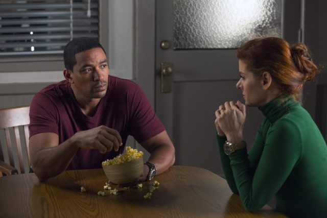 Laz Alonso y Debra Messing